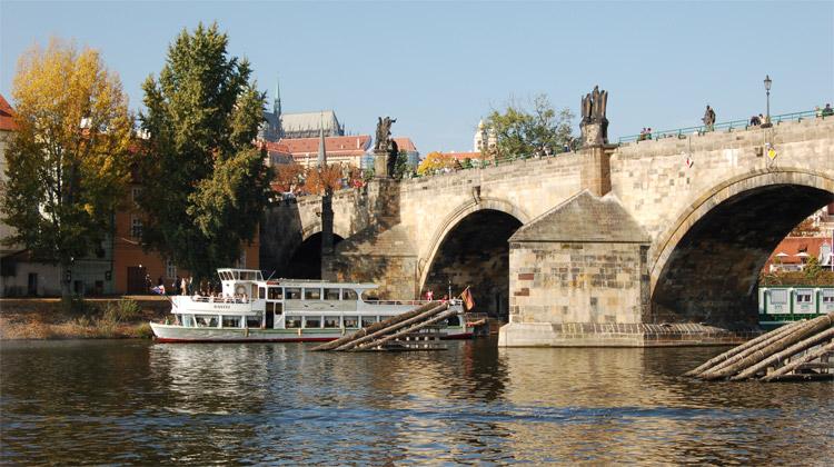 Most s kamennou historií